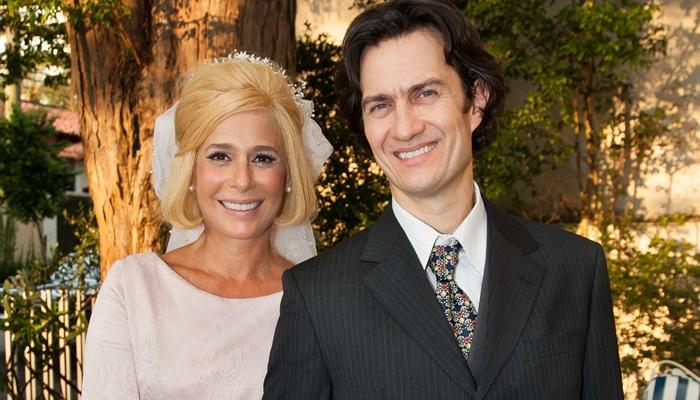 Andrea Beltrão (Hebe Camargo) e Gabriel Braga Nunes (Décio Capuano - primeiro marido) na minissérie Hebe (Foto: Globo/Marcos Rosa)
