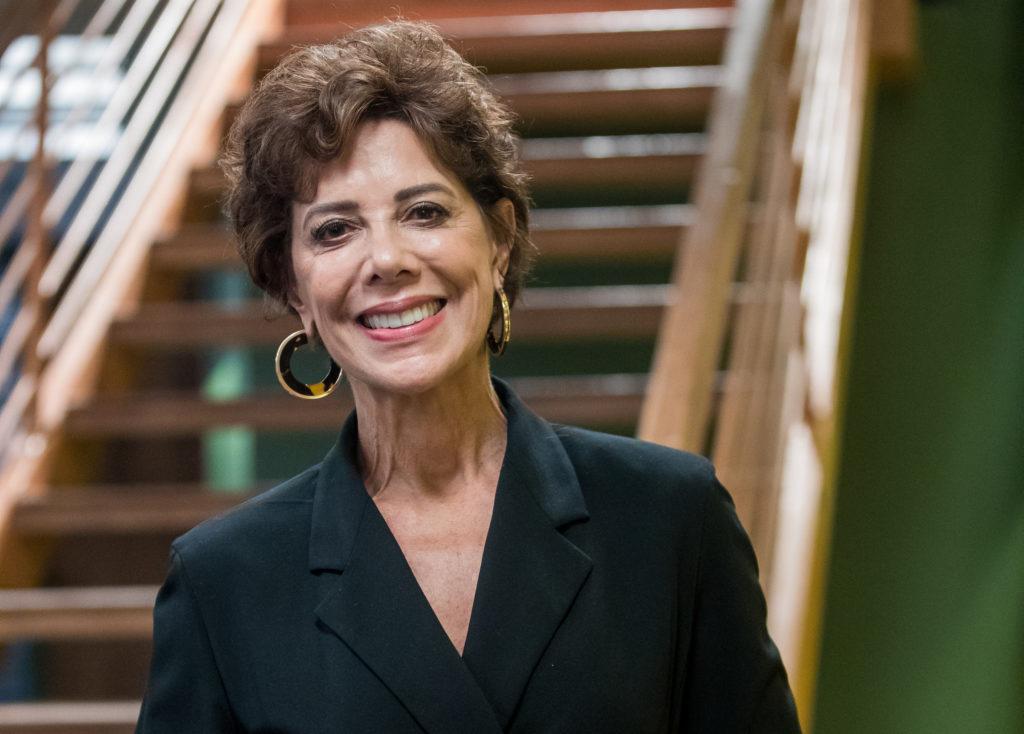 Vera (Angela Vieira) na trama de Bom Sucesso. A personagem fez referência ao slogan utilizado contra Jair Bolsonaro (Foto: Globo/Raquel Cunha)
