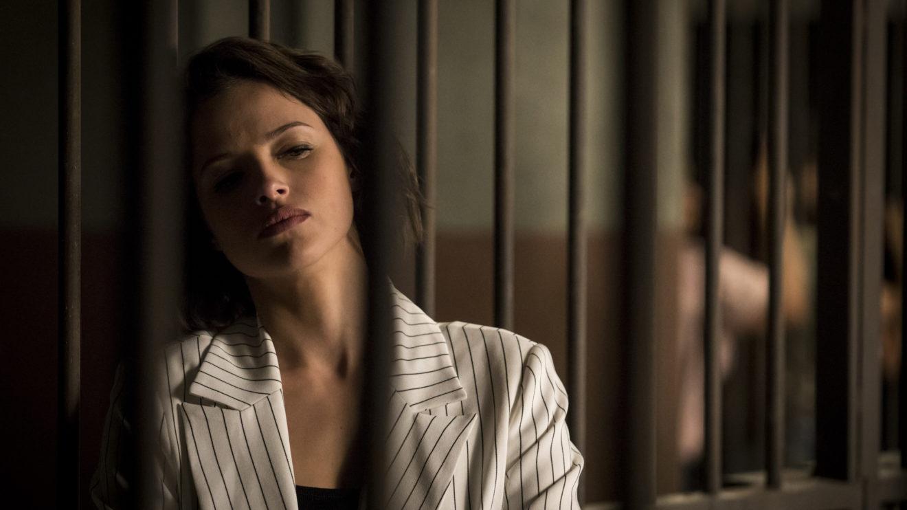 Josiane (Agatha Moreira ) é colocada na cela em A Dona do Pedaço