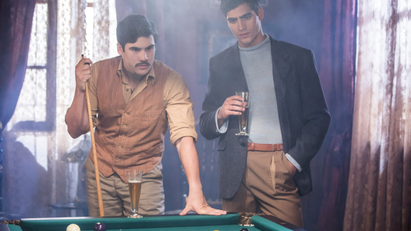 Alfredo (Nicolas Prattes) e Lúcio (Jhona Burjack) em jogo de sinuca em Éramos Seis