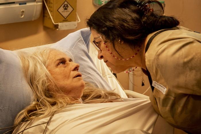 Lurdes (Regina Casé) confronta Kátia (Vera Holtz) em Amor de Mãe (Foto: Globo/João Cotta)