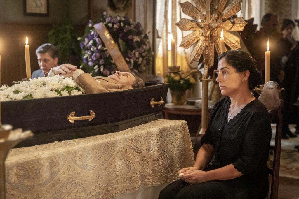 Velório de Júlio (Antonio Calloni). Lola (Gloria Pires) desolada, próxima ao caixão na novela Éramos Seis