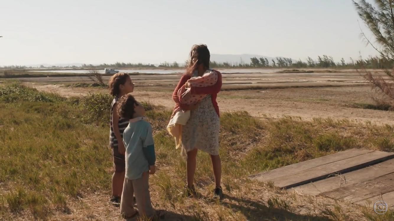 Magno (João Guilherme Fonseca) com Ryan (Pietro Buonnafina) e Lurdes (Lucy Alves) na primeira fase de Amor de Mãe (Foto: Divulgação/TV Globo)