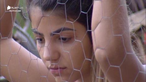 Hariany Almeida desolada após debater com Lucas sobre o namoro dos dois (Reprodução: PlayPlus/Record TV)