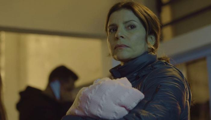 Débora Bloch (Lúcia) em cena da série Segunda Chamada, que igualou recorde de audiência na Globo (Foto: Reprodução/Globo)