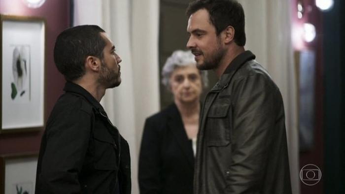 Camilo (Lee Taylor) e Chiclete (Sergio Guizé) em cena da novela A Dona do Pedaço (Foto: Reprodução/Globo)