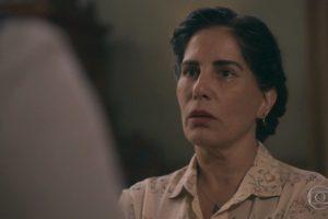 Lola (Gloria Pires) em cena de Éramos Seis; protagonista se complica após morte de Júlio (Antonio Calloni) (Foto: Reprodução/Globo)