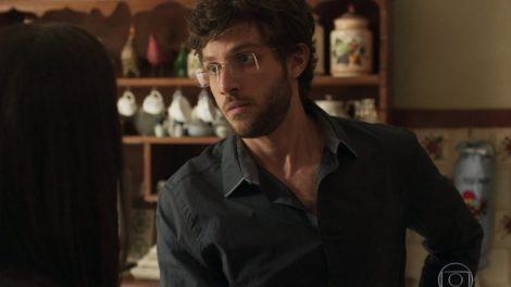 Danilo, personagem de Chay Suede, pode ser Domênico, o filho perdido de Lurdes (Regina Casé) em Amor de Mãe (Foto: Reprodução/Globo)
