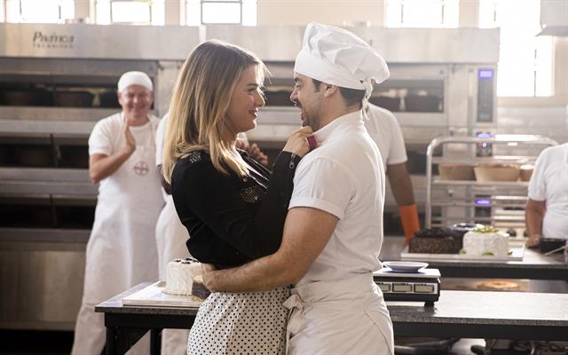 Abel ( Pedro Carvalho ) pede Britney ( Glamour Garcia ) em casamento e ela aceita em A Dona do Pedaço