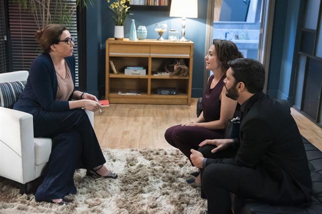 Isadora/Marcela Klein (Marisa Orth) em consulta com Nana (Fabiula Nascimento) e Diogo (Armando Babaioff) em Bom Sucesso (Foto: Globo/Cesar Alves)