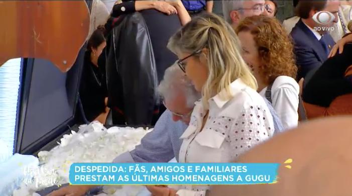 Carlos Alberto de Nóbrega não consegue conter as lágrimas em velório de Gugu. Foto: Reprodução