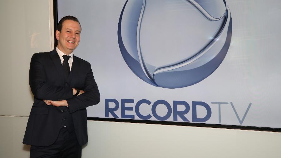 Celso Zucatelli posa em frente ao logotipo da Record (foto: divulgação/RecordTV)