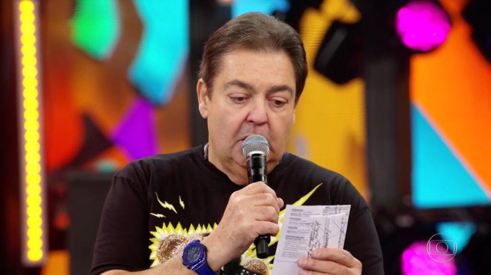 Faustão interrompe o clima de Festa do Domingão para homenagear Jorge Fernando que faleceu domingo passado, 27 (Imagem: Reprodução)