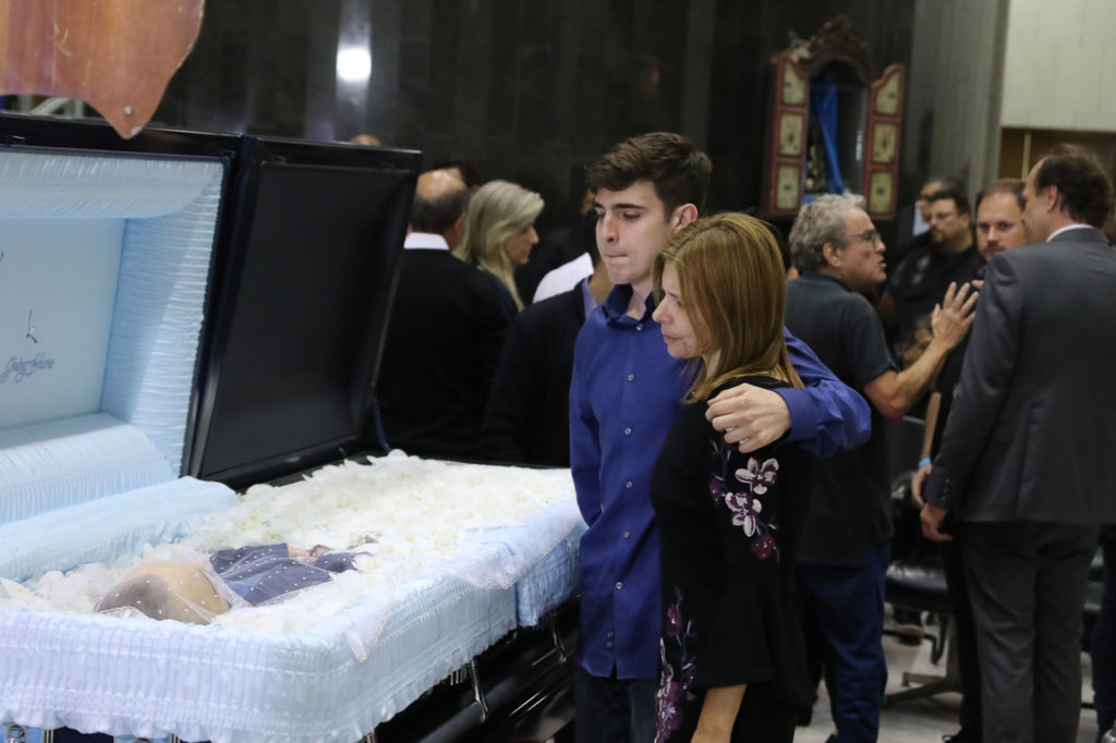 João Augusto, filho de Gugu, junto com a mãe, Rose Miriam, ao lado do caixão do pai, Gugu Liberato (Foto: Francisco Cepeda e Thiago Duran/ AgNews)
