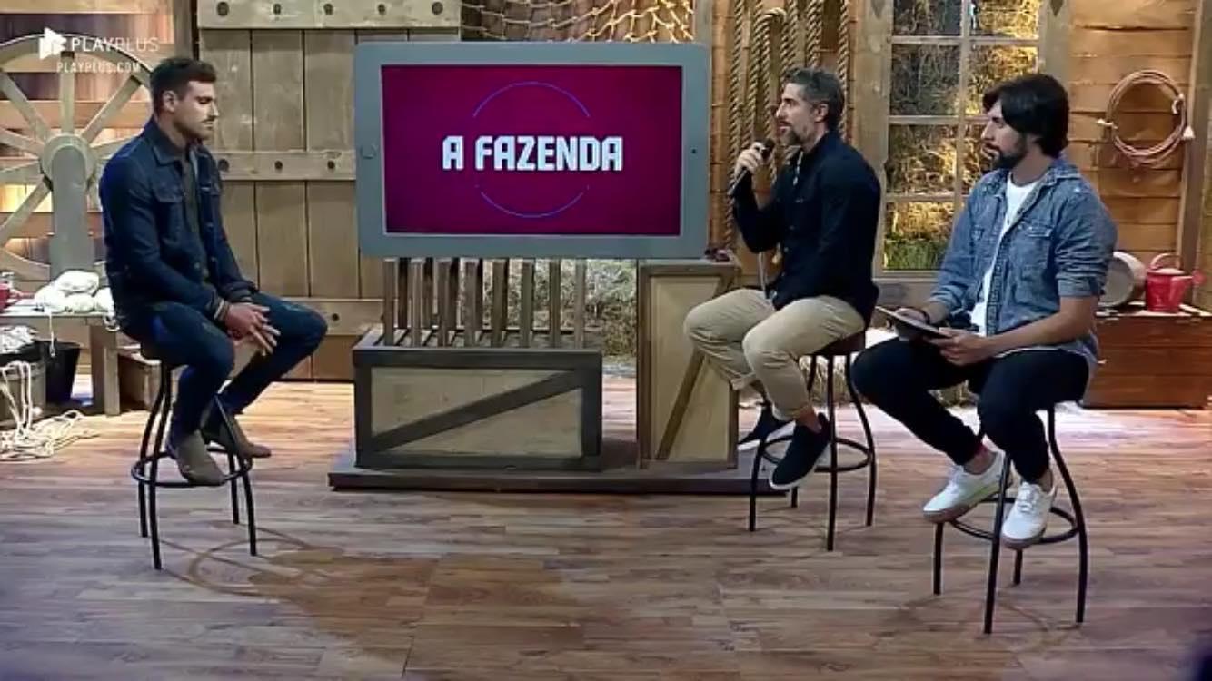 Guilherme Leão e Marcos Mion durante a Cabine de Descompressão após a eliminação em A Fazenda da Record (Reprodução: PlayPlus)