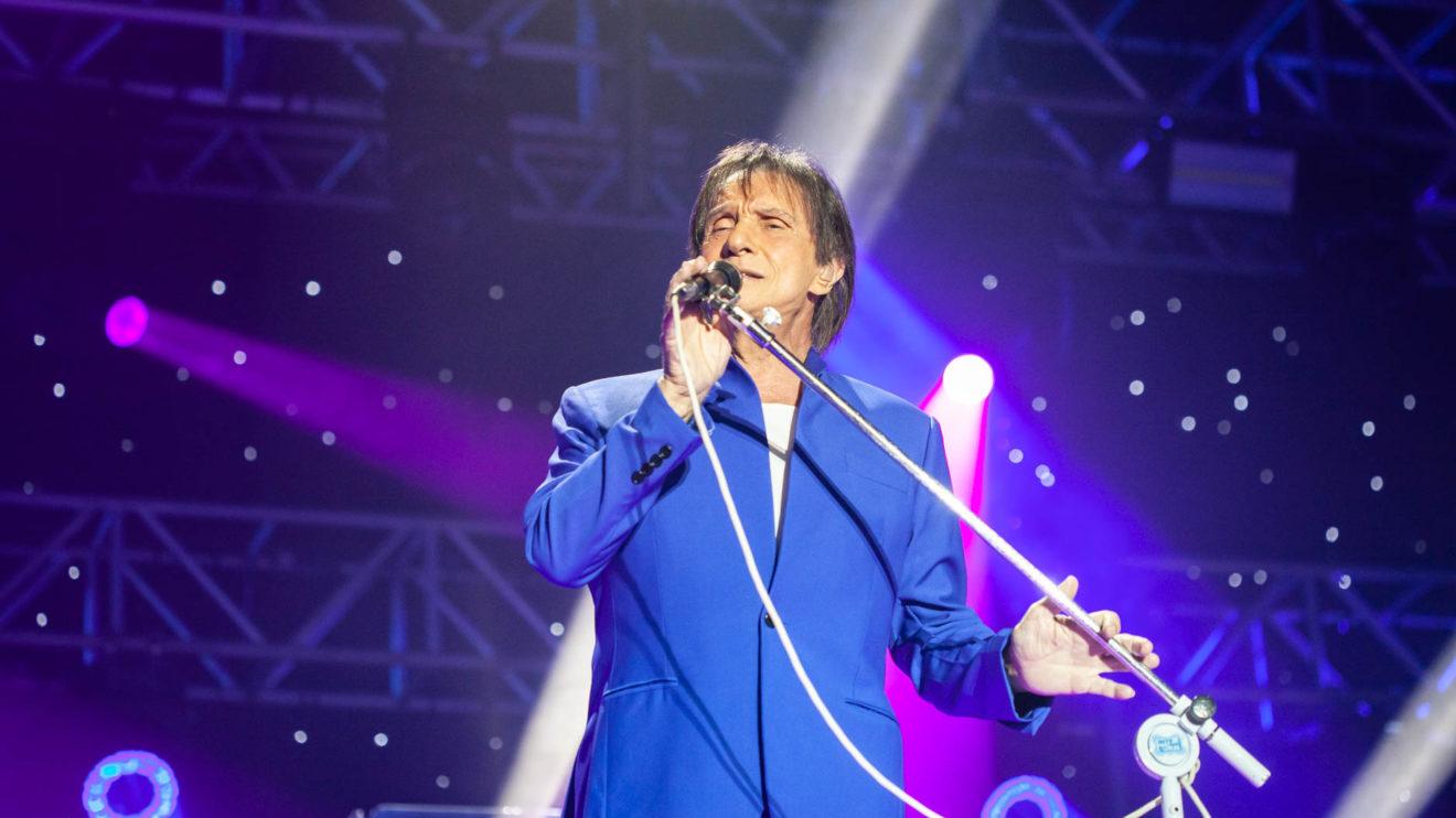 O globo cantor Roberto Carlos durante um de seus shows (Foto: Divulgação)