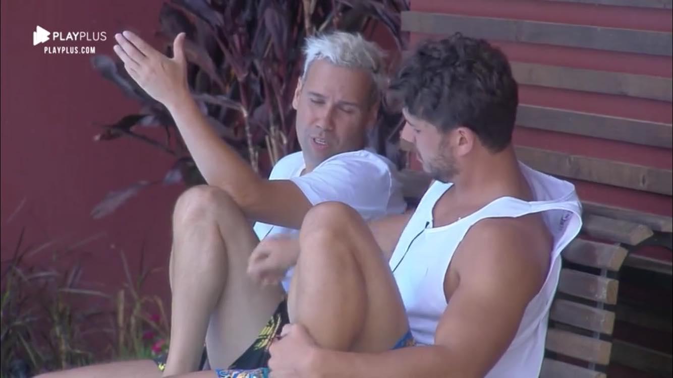 Lucas Viana e Viny Vieira conversam sobre Roça dentro de A Fazenda (Foto: Reprodução/Record TV)