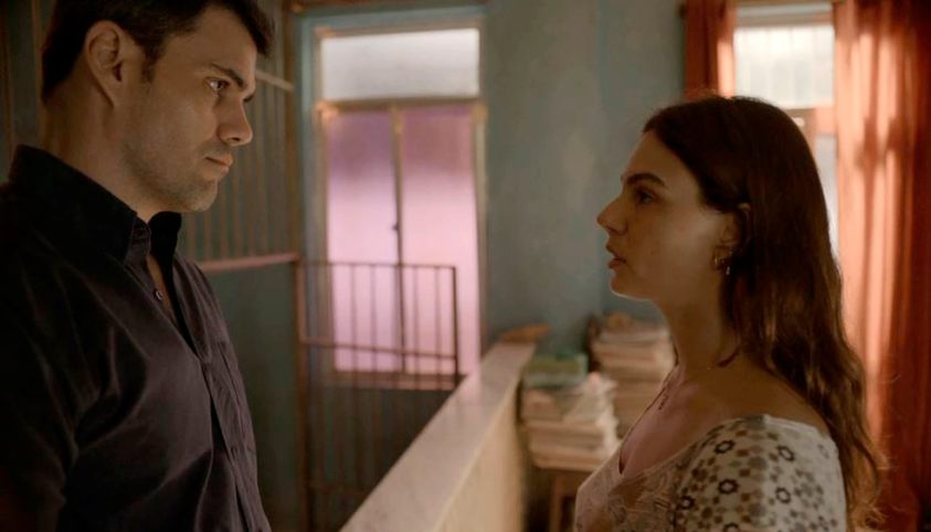 Magno (Juliano Cazarré) e Betina (Isis Valverde) formam par romântico em Amor de Mãe (Foto: Reprodução/TV Globo)