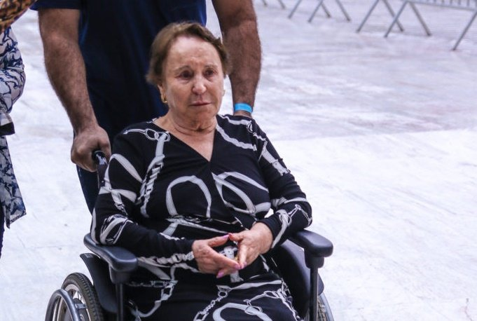 Maria do Céu, mãe de Gugu está bastante inconsolável (Foto: AgNews)