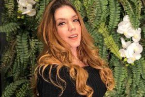 Cantora Simony exibiu o seu bumbum gigantesco em foto (Imagem: Reprodução)