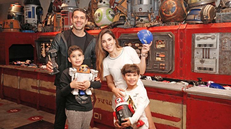 Wanessa Camargo ao lado do marido e dos filhos na Disney (Foto: Divulgação)