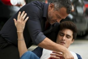 Agno (Malvino Salvador) ampara Leandro (Guilherme Leicam) após facada em A Dona do Pedaço (Foto: Reprodução/Globo)