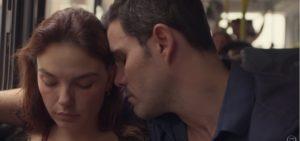 Betina (Isis Valverde) cobra sentimento de Magno (Juliano Cazarré) em Amor de Mãe (Foto: Reprodução/TV Globo)