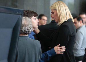 Ana Hickmann conforta João Augusto, filho de Gugu durante o velório do apresentador.
