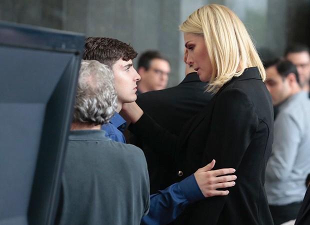 Ana Hickmann conforta João Augusto, filho de Gugu durante o velório do apresentador (Foto: Reprodução)
