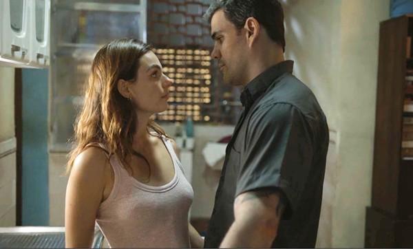 Betina (Isis Valverde) e Magno (Juliano Cazarré) em Amor de Mãe (Foto: Reprodução/Globo)