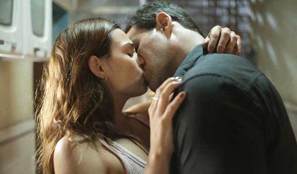 Betina (Isis Valverde) beija Magno (Juliano Cazarré) em Amor de Mãe (Foto: Reprodução/TV Globo)