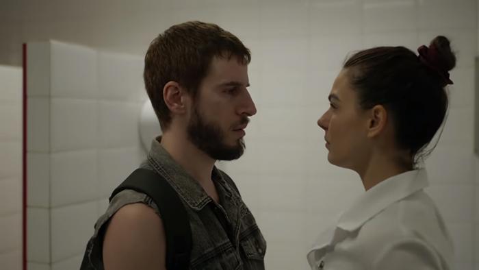 Isis Valverde (Betina) e Vicente (Rodrigo Garcia) em cena da novela Amor de Mãe (Foto: Globo/João Cotta)