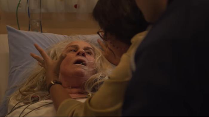 Kátia (Vera Holtz) é pressionada por Lurdes (Regina Casé) em Amor de Mãe (Foto: Reprodução/Globo)