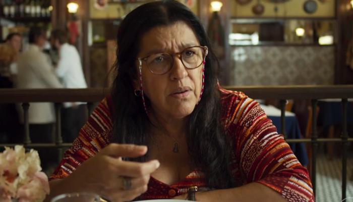 Regina Casé (Lurdes) em cena de Amor de Mãe (Foto: Reprodução/Globo)