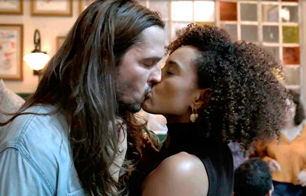 Davi e Vitória dão o primeiro beijo no primeiro encontro em Amor de Mãe