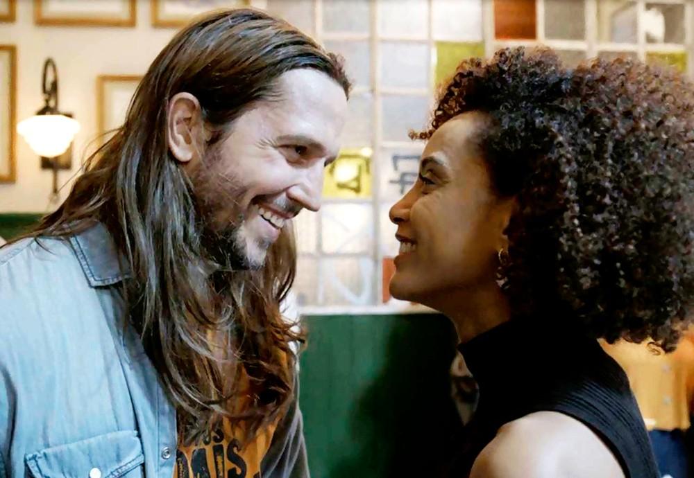 Davi se apresenta a Vitória na novela das nove Amor de Mãe