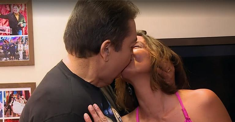 Faustão beijou a esposa ao vivo no Domingão e pegou ela de surpresa (Foto reprodução)