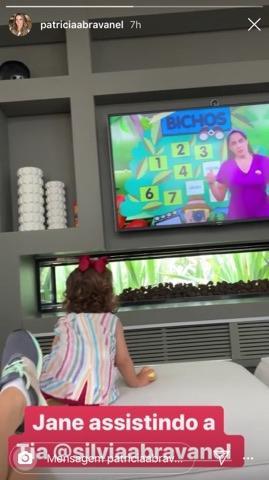 Filha de Patricia Abravanel surge de forma fofo ao assistir emissora de seu avô, Silvio Santos (Foto: Reprodução)