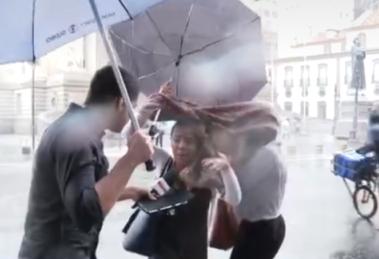 Repórter faz entrevista na chuva na Globo (Foto: Reprodução)