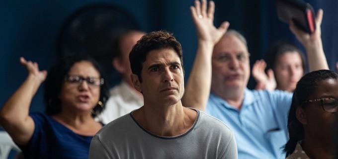 Régis (Reynaldo Gianecchini) vai aceitar a Jesus em culto evangélico em A Dona do Pedaço e playboy cai no choro e clama por ajuda (Foto: Divulgação / Globo)