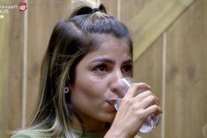 Hariany vai à dispensa de A Fazenda para chorar (Foto: Reprodução/Record TV)