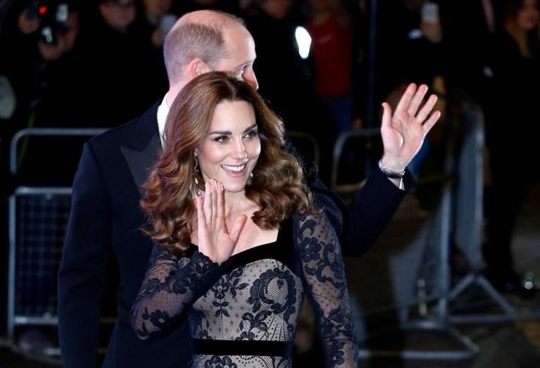 Príncipe William e Kate Middleton trocam beijos em público após traição na relação (Foto: Reprodução)