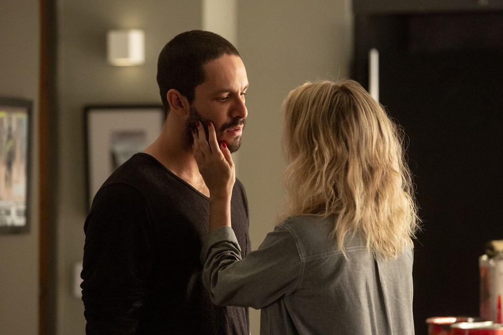 Téo e Yohana em cena da novela das 21h da Globo, A Dona do Pedaço (Foto: Reprodução)