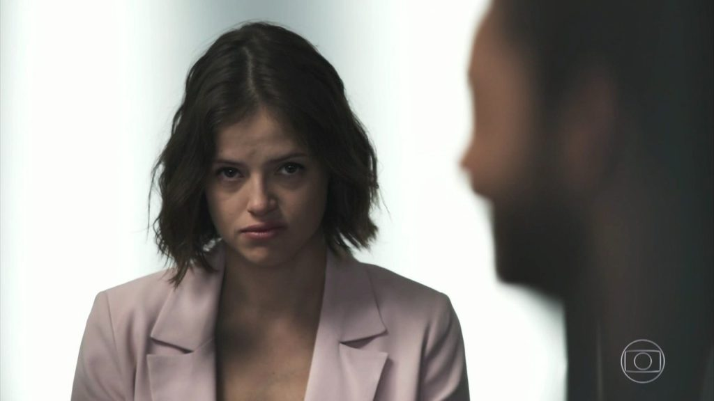 Jô encara de frente Teo em seu julgamento em A Dona do Pedaço e aumenta a audiência da Globo