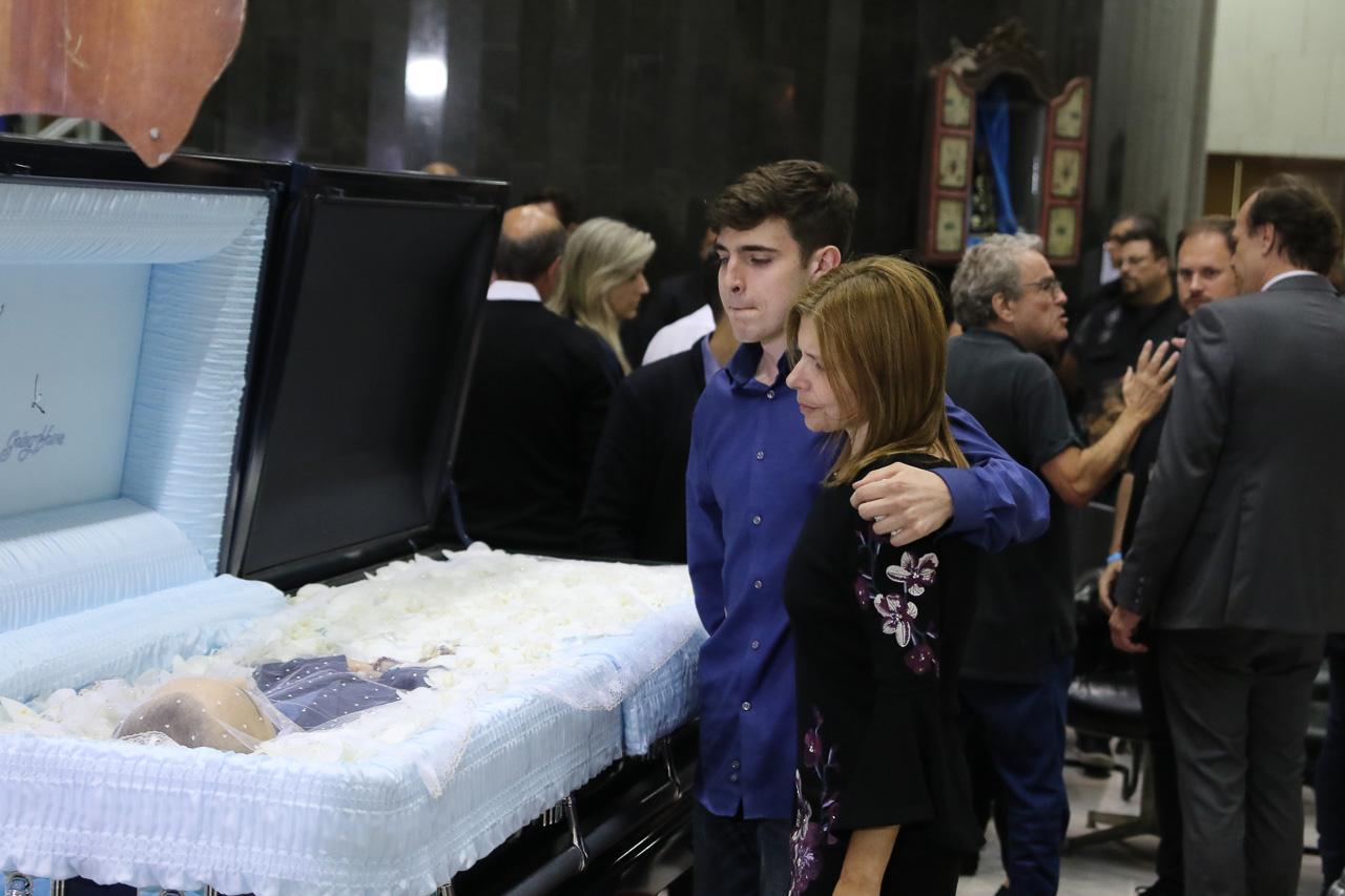 João Augusto junto com a mãe, Rose Miriam, ao lado do caixão do pai, Gugu Liberato (Foto: Francisco Cepeda e Thiago Duran/ AgNews)