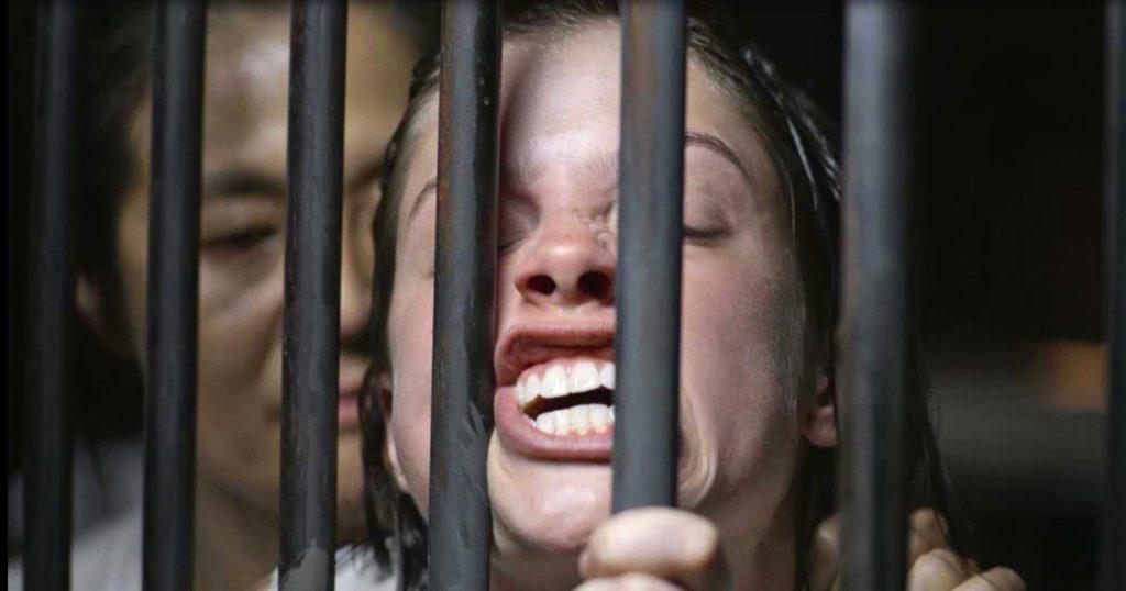 Josiane (Agatha Moreira) leva surra na prisão após brigar com líder do grupo, na novela 'A Dona do Pedaço' — Foto: Globo