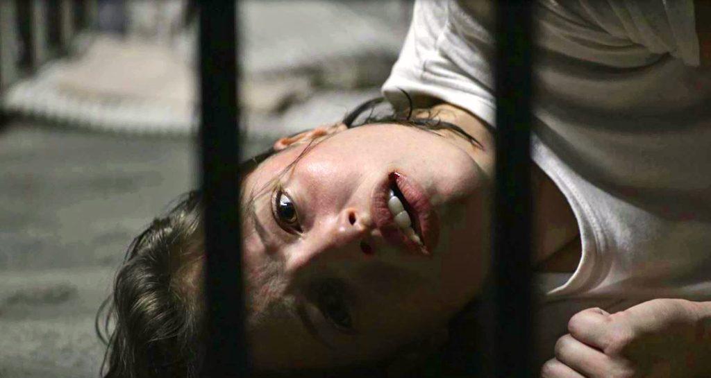 Josiane (Agatha Moreira) arruma confusão no primeiro dia como presidiária, em 'A Dona do Pedaço' — Foto: Globo