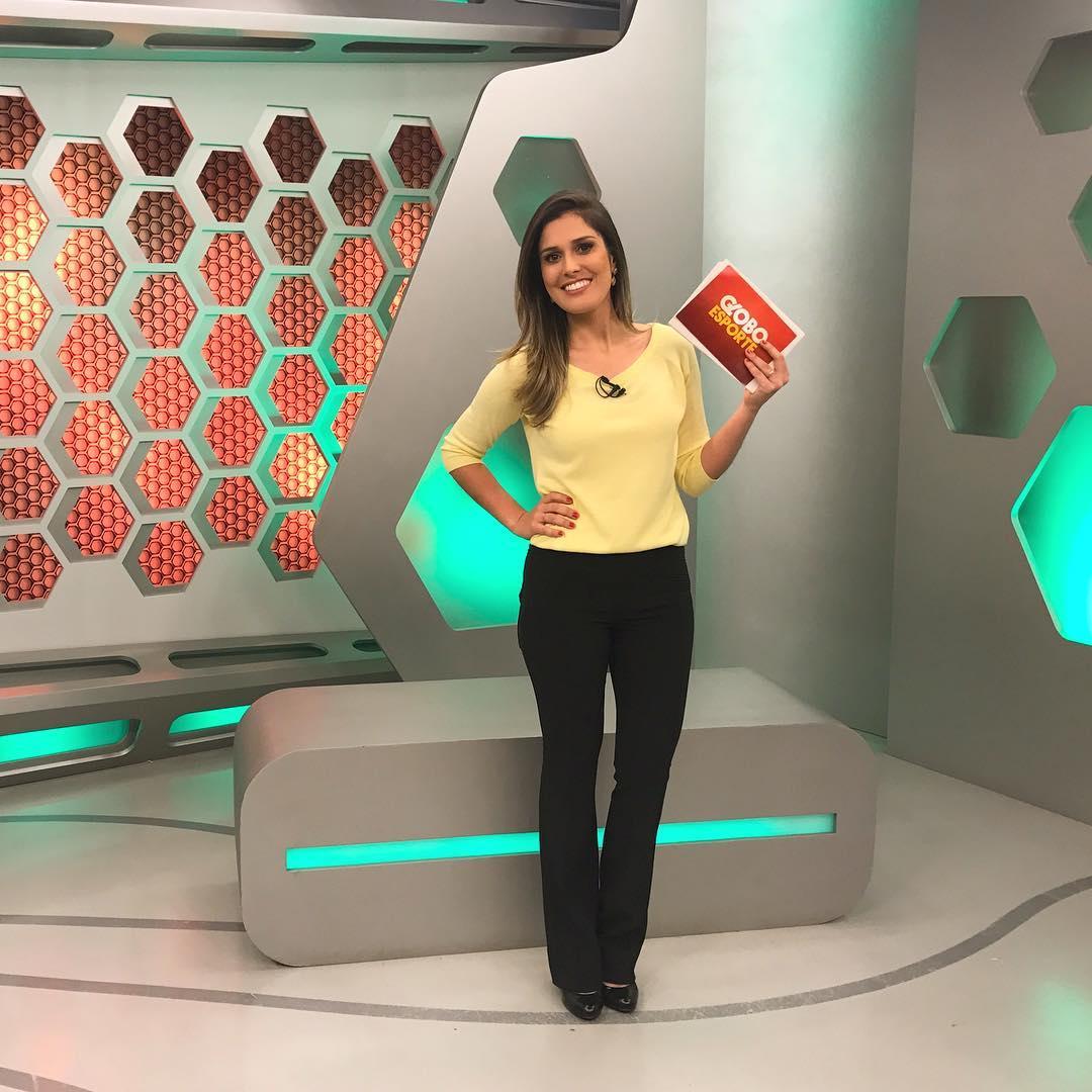 Jornalista da Globo no Rio Grande do Sul, Kelly Costa se atrapalha durante jornal (Imagem: Instagram)