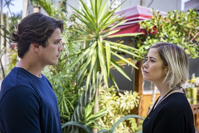 Lígia (Paloma Duarte) diz a Rui (Romulo Arantes Neto) para não chegar mais perto de Nina