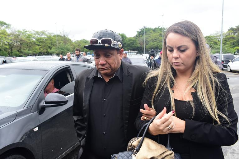Liminha e esposa no velório do Gugu (Foto: Leo Franco/ AGNews)